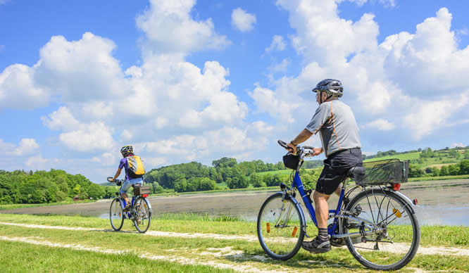 Ein Ehepaar macht eine Radtour im Grünen