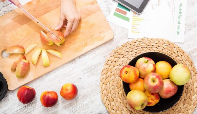 Frische Äpfel auf einem Küchenbrett