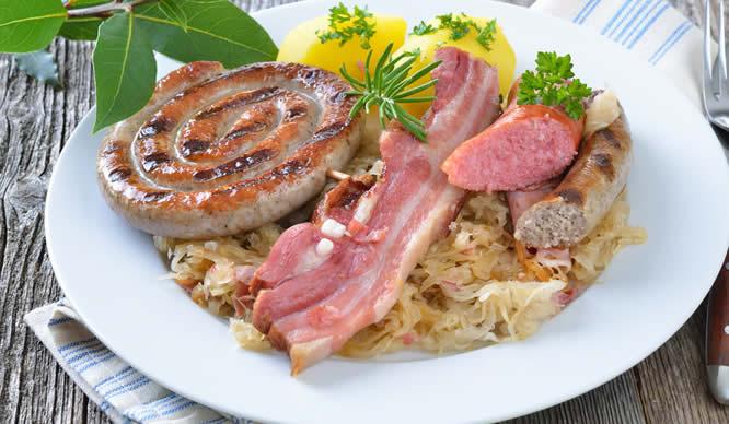 Fettes Essen führt zu Verdauungsbeschwerden.