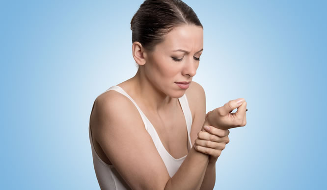 Eine Frau hat Schmerzen im Handgelenk