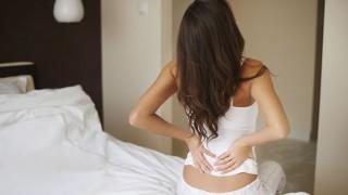 Eine Frau hat morgendliche Rückenschmerzen