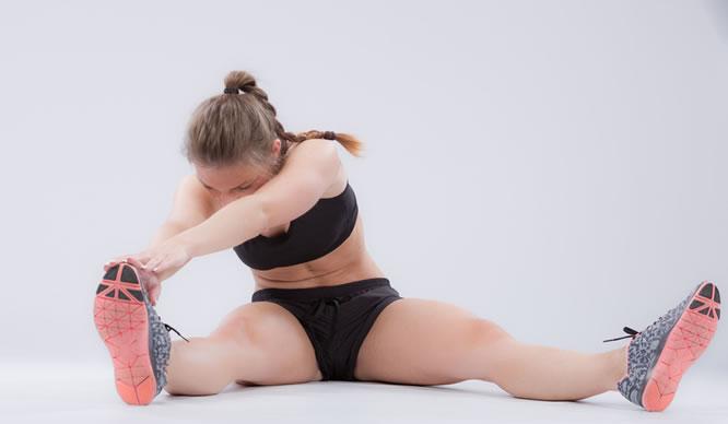 Eine Frau macht Dehnübungen