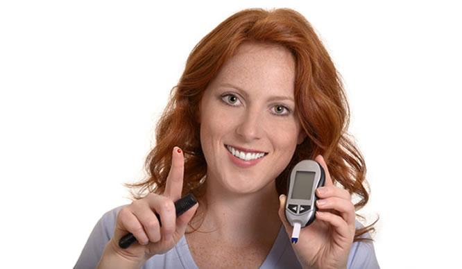 Regelmäßiges Blutzuckermessen beugt dem diabetischen Fuß vor.