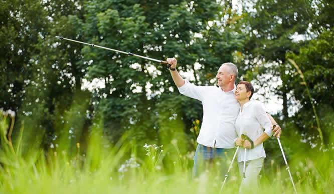 Ein älteres Ehepaar beim Wandern