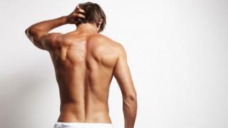 Ein Mann mit starker Rückenmuskulatur