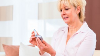 Eine zuckerkranke Seniorin bereitet ihr Insulin vor
