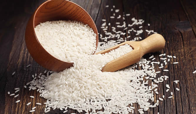 Eine umgekippte Schale mit Reis