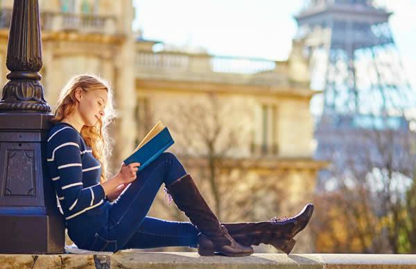 Eine junge Frau entspannt beim Lesen
