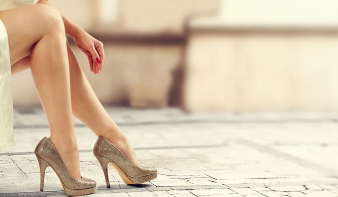Schuhe mit hohen Absätzen schaden den Venen vor allem im Sommer.