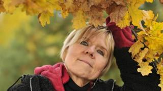 Eine ältere Frau im Herbst