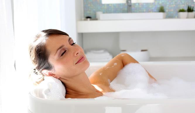 Eine Frau nimmt ein Bad für ihre Gesundheit