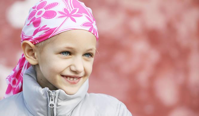 Ein kleines Mädchen in der Chemotherapie
