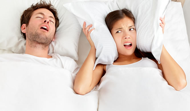 Ein Mann hält seine Frau durch Schnarchen wach