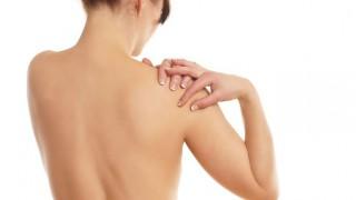 Eine Frau hat Rheuma-Schmerzen in der Schulter