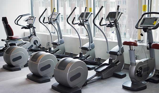 Eine Reihe Crosstrainer im Fitness-Studio