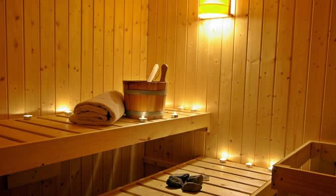 Holzbank in einer Sauna mit Zubehör