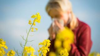 Eine junge Frau leidet unter Heuschnupfen