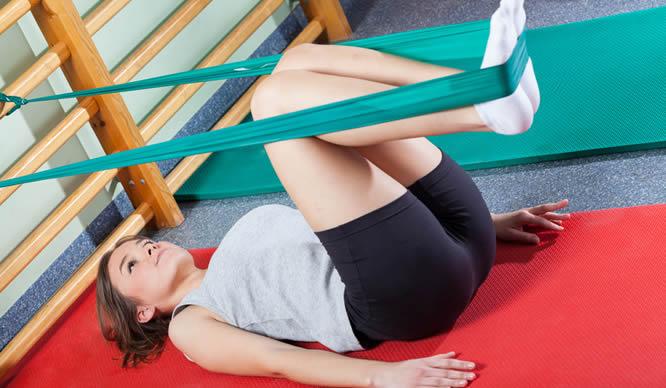 Eine junge Frau bei der Krankengymnastik