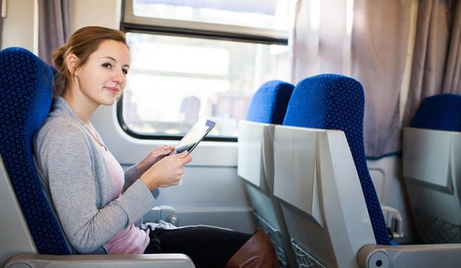 Eine junge Frau in einem Passagierzug