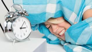 Eine junge Frau kann nicht schlafen