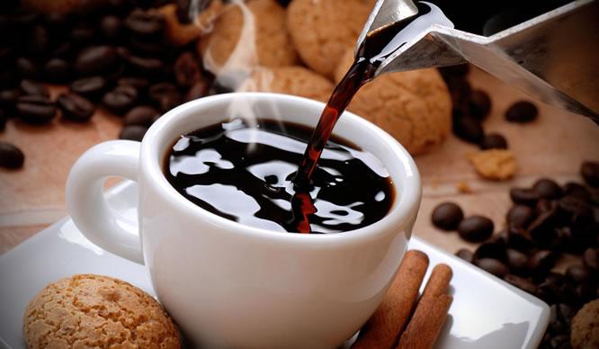 Frischer Kaffee wird eingeschenkt