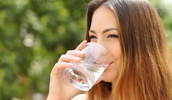 Viel Wasser zu trinken hilft beim Abnehmen.
