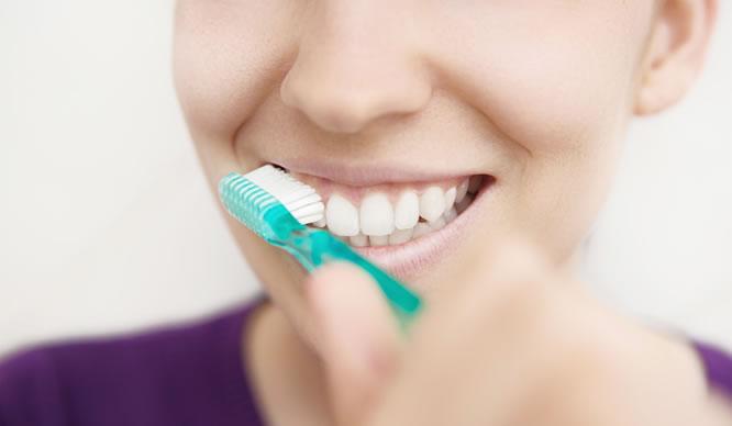 Eine Frau mit gesunden Zähnen