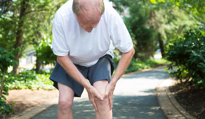 Arthrose im Knie ist sehr schmerzhaft.