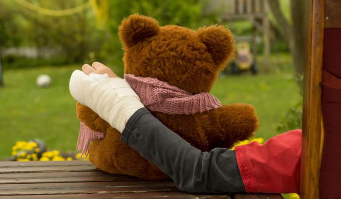 Ein Kind hat sich den Arm gebrochen