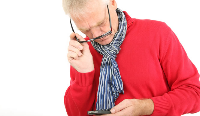 Ein kurzsichtiger Mann versucht sein Handy zu lesen