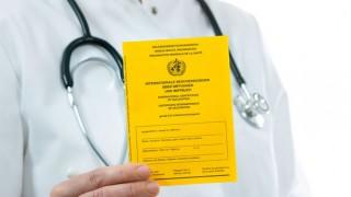 Ein Arzt hält einen Impfpass