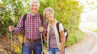 Ein älteres Ehepaar beim Nordic Walking