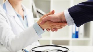 Ein Mann gibt seiner Ärztin die Hand