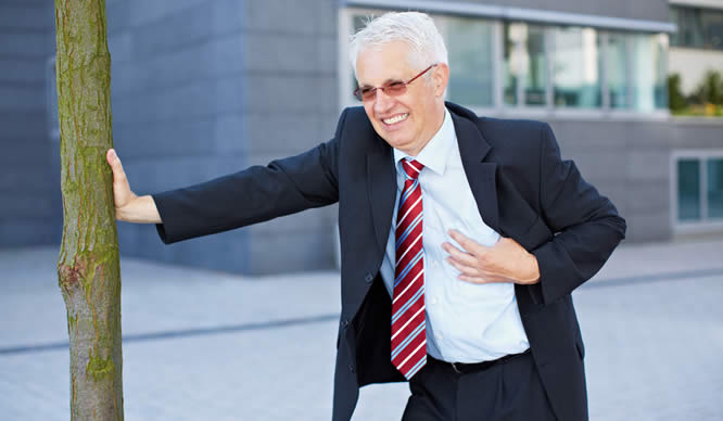 Ein Mann erleidet einen Herzinfarkt auf offener Straße