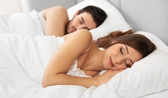 Ein junges Paar schläft friedlich nebeneinander