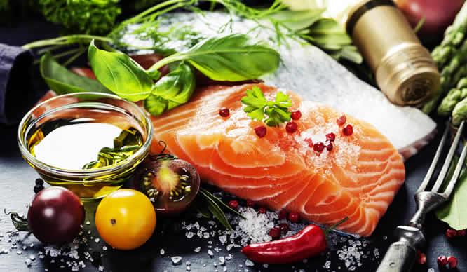 Fisch wie Lachs enthält wertvolle Omega-3-Fettsäuren