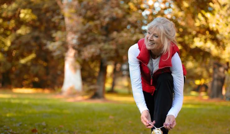 Eine ältere Dame beim Joggen
