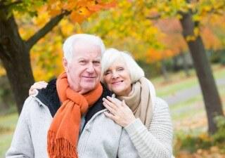 Ein Rentnerpaar bereitet sich auf den Winter vor