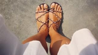 Blick aus den Augen einer jungen Frau auf ihre Füße.
