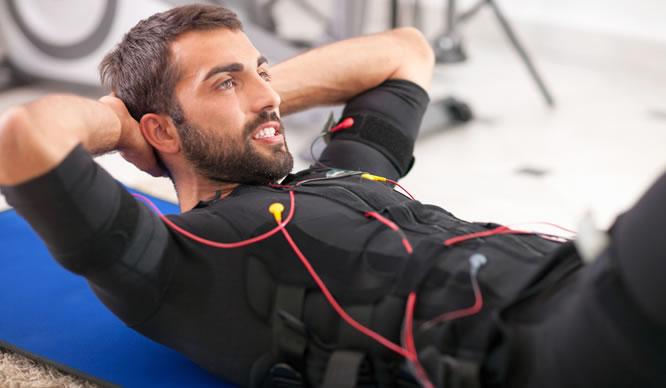 EMS-Training schmilzt das Bauchfett weg.
