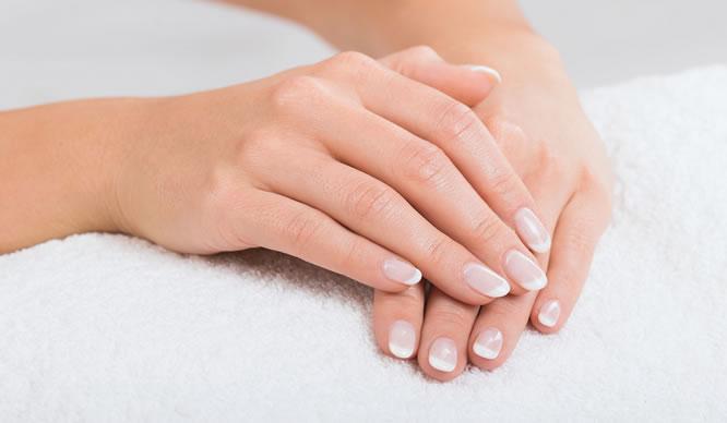 Frauenhände mit gesunden Fingernägeln