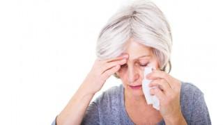 Eine ältere Dame mit Sinusitis