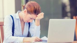 Eine Frau erleidet am Arbeitsplatz einen Burnout