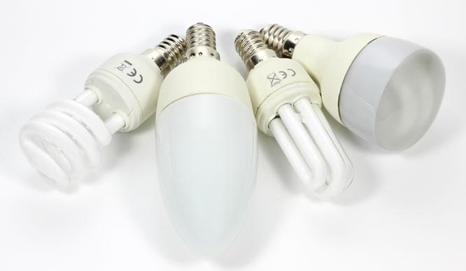 Vier verschiedene Energiesparlampen