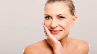 Eine Frau mittleren Alters mit junger Haut