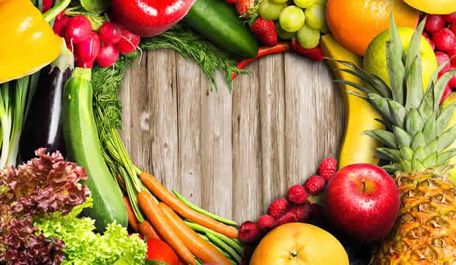 Ein Herz geformt aus frischen Obst und Gemüse