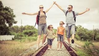 Eine glückliche Familie beim Wandern