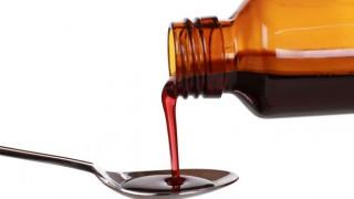 Dosierung von Hustensaft aus der Flasche