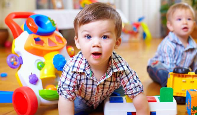 Ein Kindergartenkind spielt in der Gruppe
