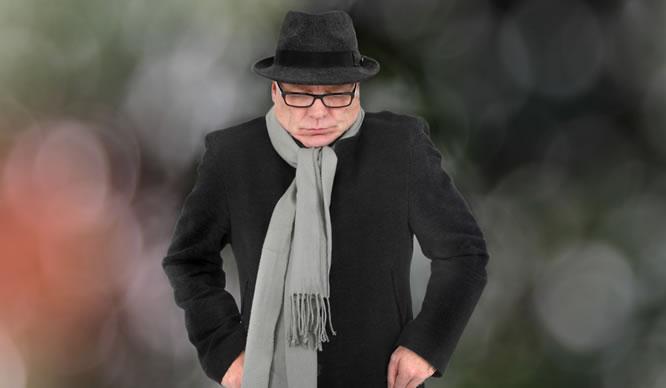 Ein schlecht gelaunter Mann im Wintermantel